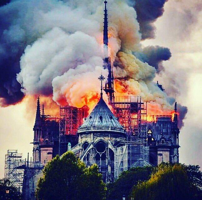 Werelderfgoed op in vlammen! Quelle horreur! Such a terrible, terrible loss! #notredameparis #notredame #notredameinferno #worldinheritage #paris #tristesse
