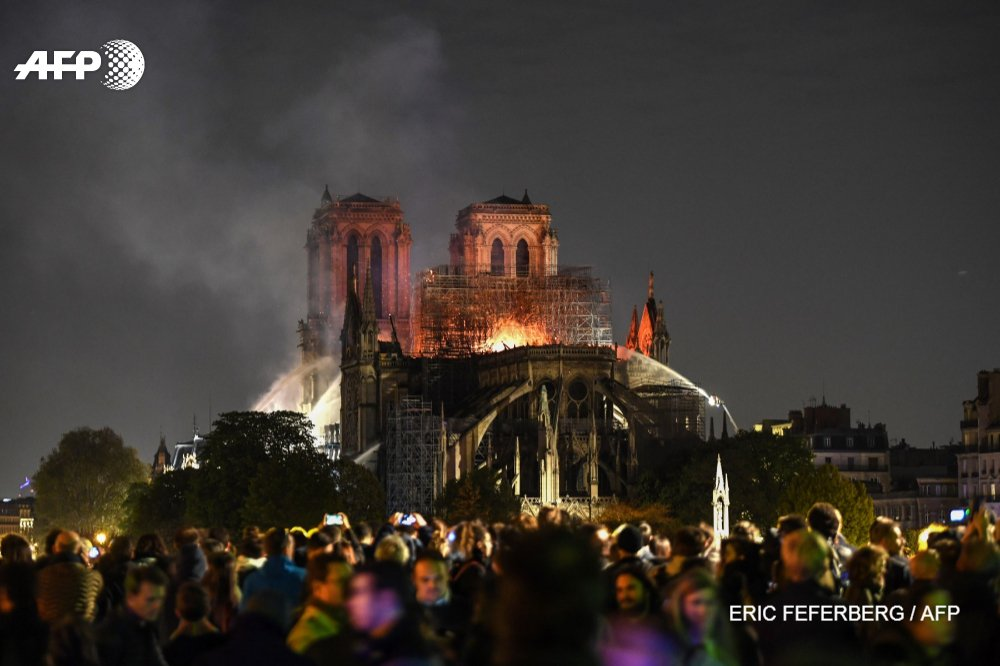 Notre Dame fire: saving cathedral 'not certain' say French authorities – live news - The Guardian 2