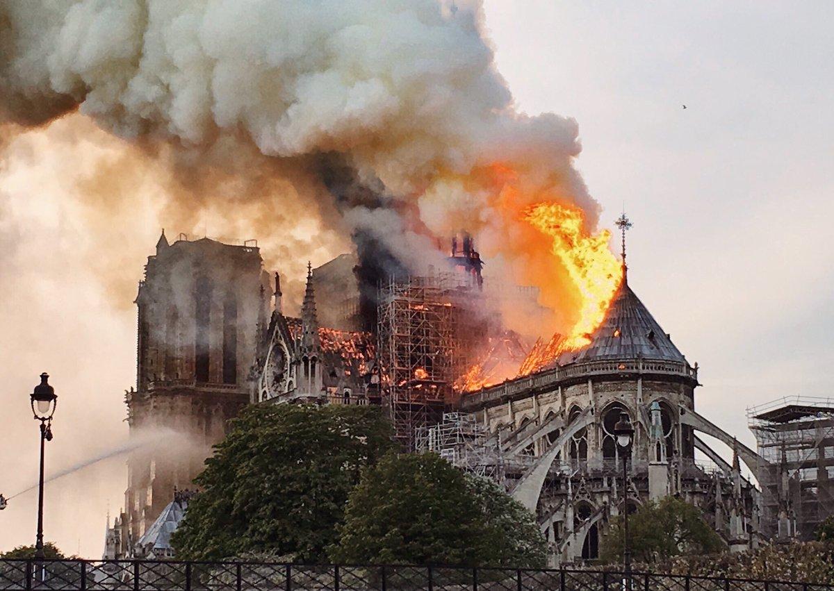 Sevgili Bayan @Anne_hidalgo, Notre Dame'i tahrip eden ateş, yalnızca Fransızların değil, bir bütün olarak insanlığın acısıdır. İstanbul halkı ile bağlantılı olarak, bu korkunç günde kalplerine acı dokunan tüm Parislilerin üzüntülerini paylaşıyorum. #NotreDame