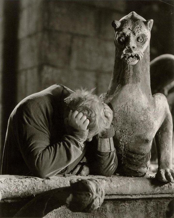 Piangiamo con lui!    Notre Dame (The Hunchback of Notre Dame). William Dieterle, 1939.   #NotreDame #15aprile #Parigi #Francia #ProfumoEMemoria #Quasimodo #NotredamedeParis #Hugo #VictorHugo<br>http://pic.twitter.com/pWULC6sqnF