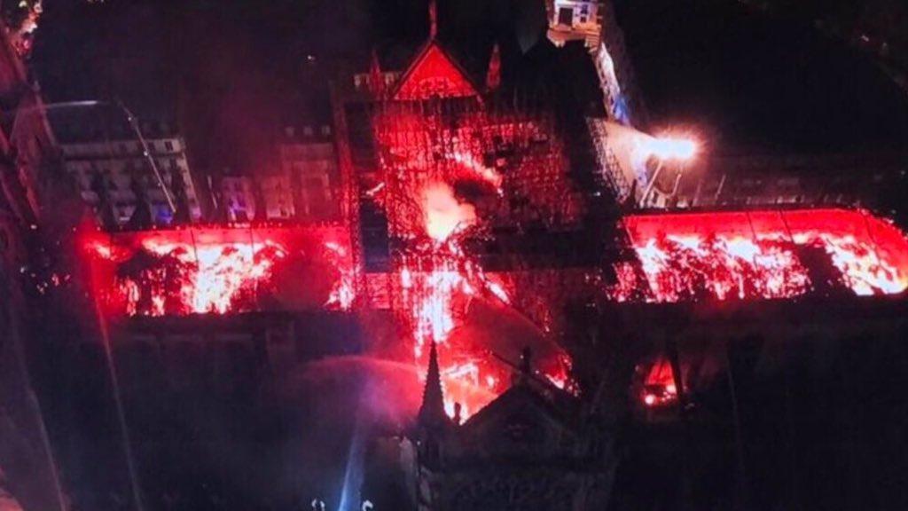 Lángol a Notre Dame székesegyház (Museum Ian felvétele)