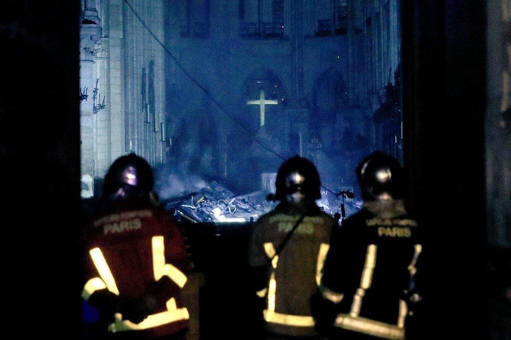 En las imágenes que se han dado a conocer del interior de #NotreDame se alcanza a ver la cruz intacta en el altar 👇🏻