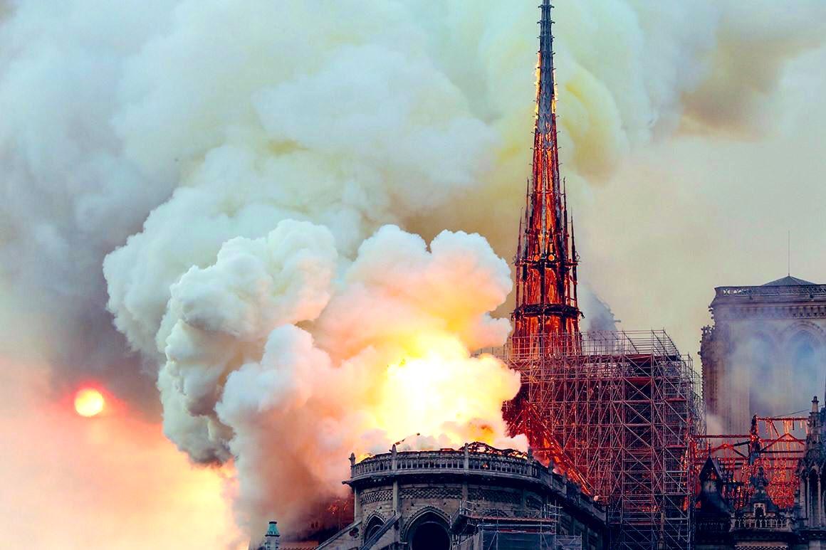 Aujourdhui est un jour triste pour lart, lhistoire, larchitecture ... pour #NotreDame le monde entier pleure.. et moi aussi #paris #NotreDameParis