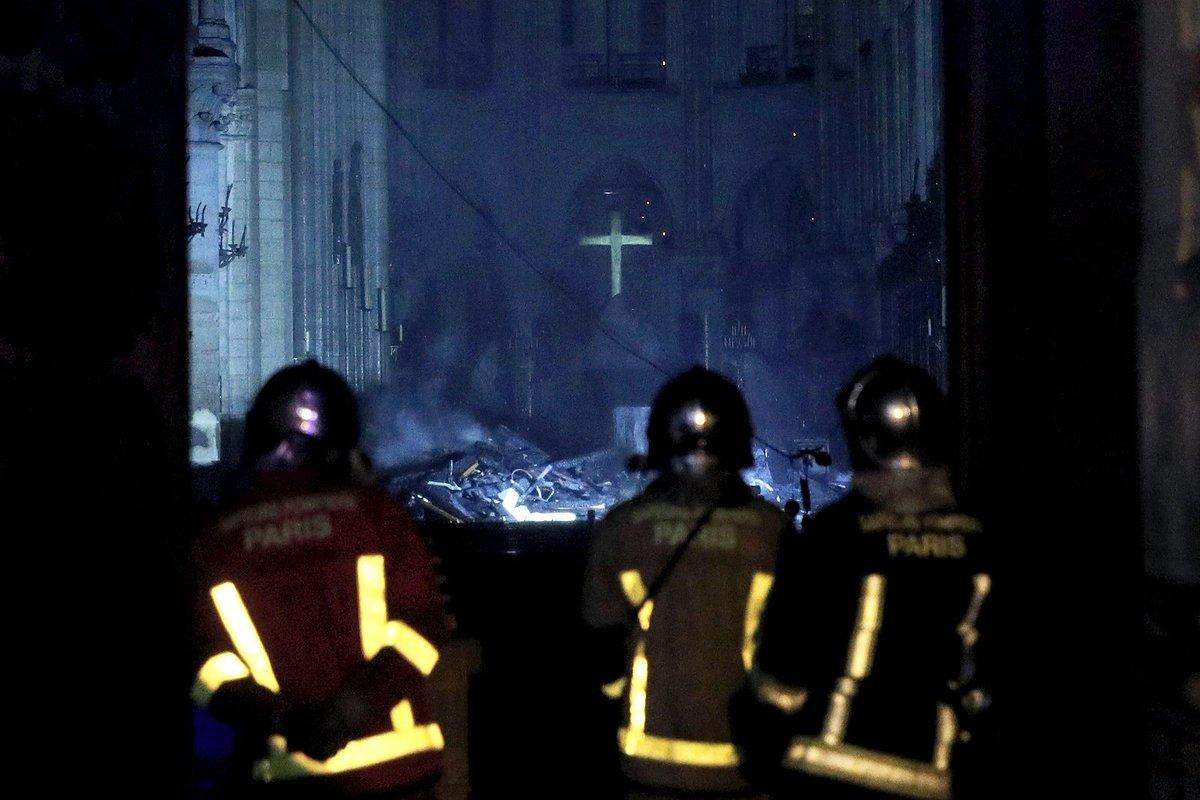 Esta foto del interior de #NotreDame parece sacada de una película de terror... aunque el mismo incendio lo fue...