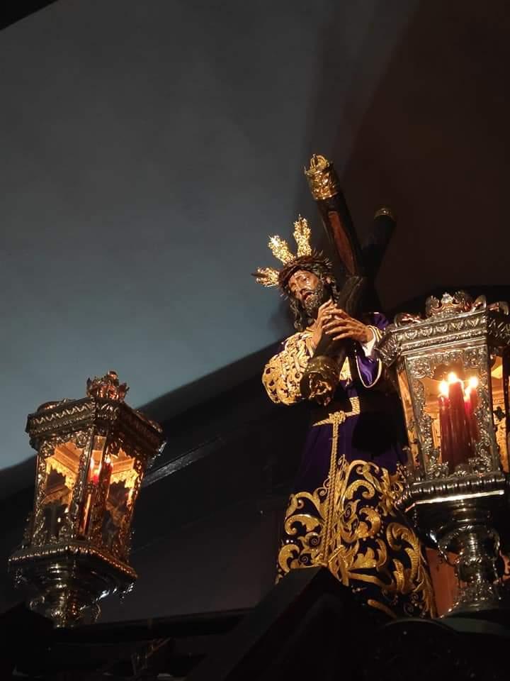 Seguimos perfumando Sevilla con melodías y sones Trianeros, hoy acompañaremos a nuestra querida Hermandad Sacramental de Pasión de la localidad de Dos Hermanas. Seguimos soñando y haciendo que ustedes lo hagan con nosotros. Deseamos a todos los hermanos un feliz Martes Santo