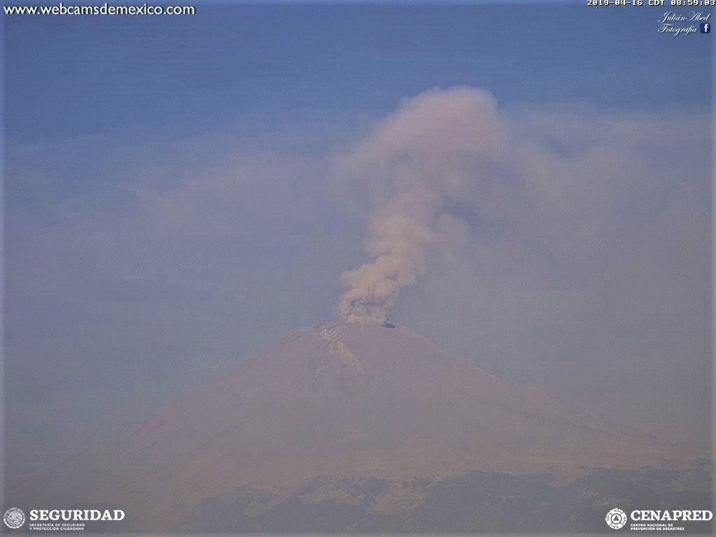 Desde las 3:00 h, se han presentado leves emisiones continua de ceniza del #Popocatépetl que persisten al momento.   Vientos dispersan la ceniza entre Morelos, EdoMex y el sur de CDMX.  Semáforo de alerta en amarillo fase 3.