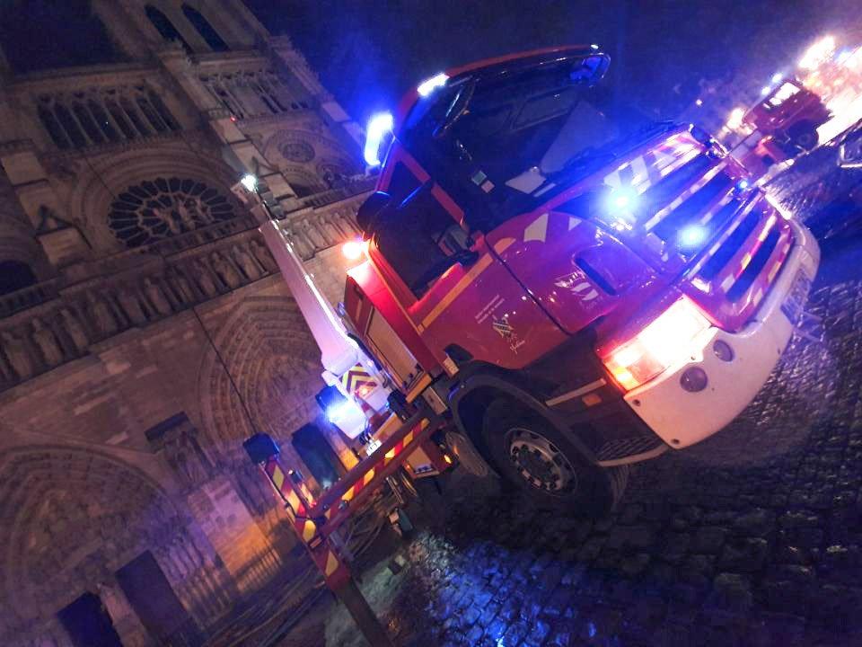 [NOTRE DAME] Le bras élévateur des @pompiers78 🚒 a eu une action déterminante dans la sauvegarde du beffroi Nord 👍 35 SP78 auront été engagés aux côtés des pompiers francilens et des @PompiersParis sur cette intervention 🔥 #NotreDame #Entraide