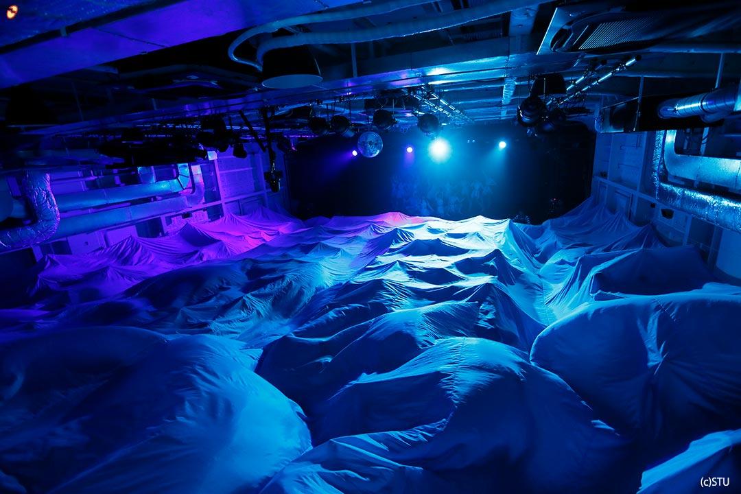 【驚愕】STU劇場公演では観客が巨大なブルーシートを被せられるという謎の演出がある