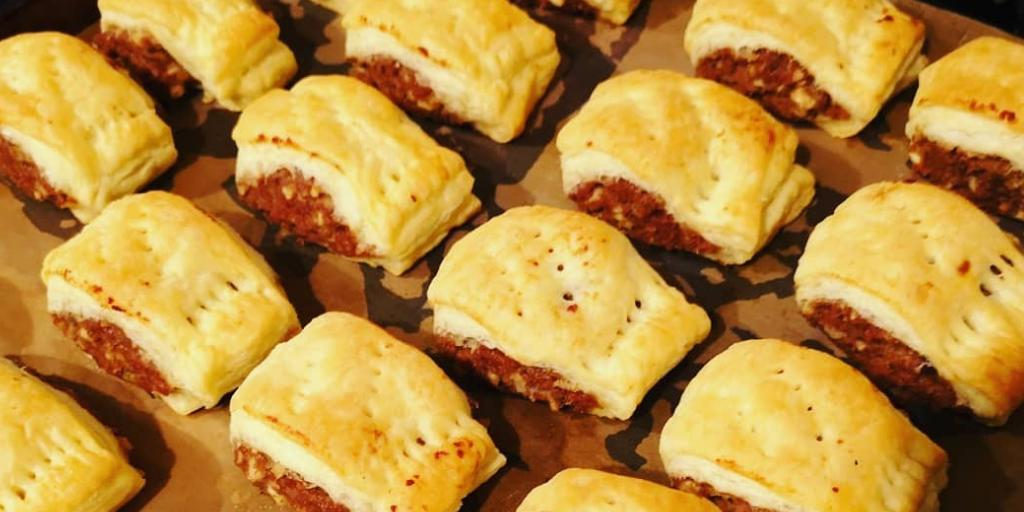 Are you looking forward to the Easter weekend as much as we are?   We can't wait to enjoy some tasty food and drink with friends and family, and these Meatless Sausage Rolls are the perfect snack for any gathering!  Pick up the recipe here: https://www.meatlessfarm.com/recipes/meatless-sausage-rolls/…