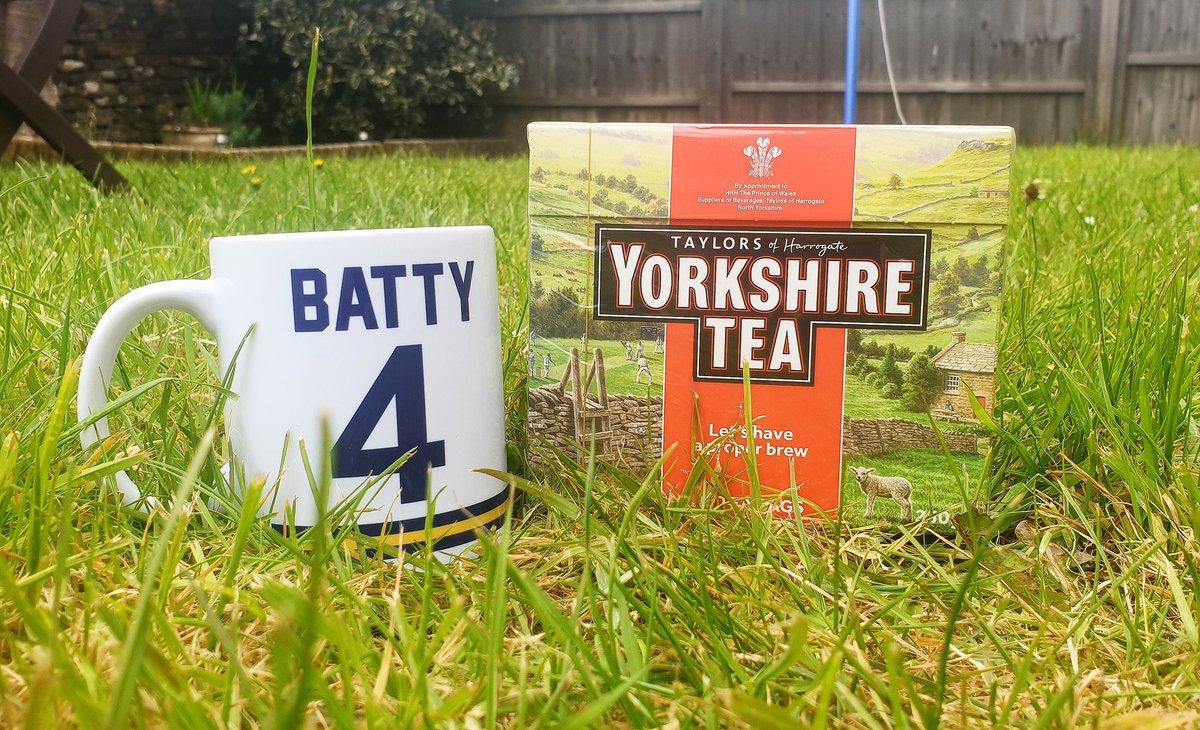 Leeds fans! Win a perfect combo! A David Batty 1993 kit mug from https://t.co/cVzPdFQ7Az complete with a box of Yorkshire's finest! Retweet and follow to enter! #lufc #alaw #mot https://t.co/HNok4kOBxG