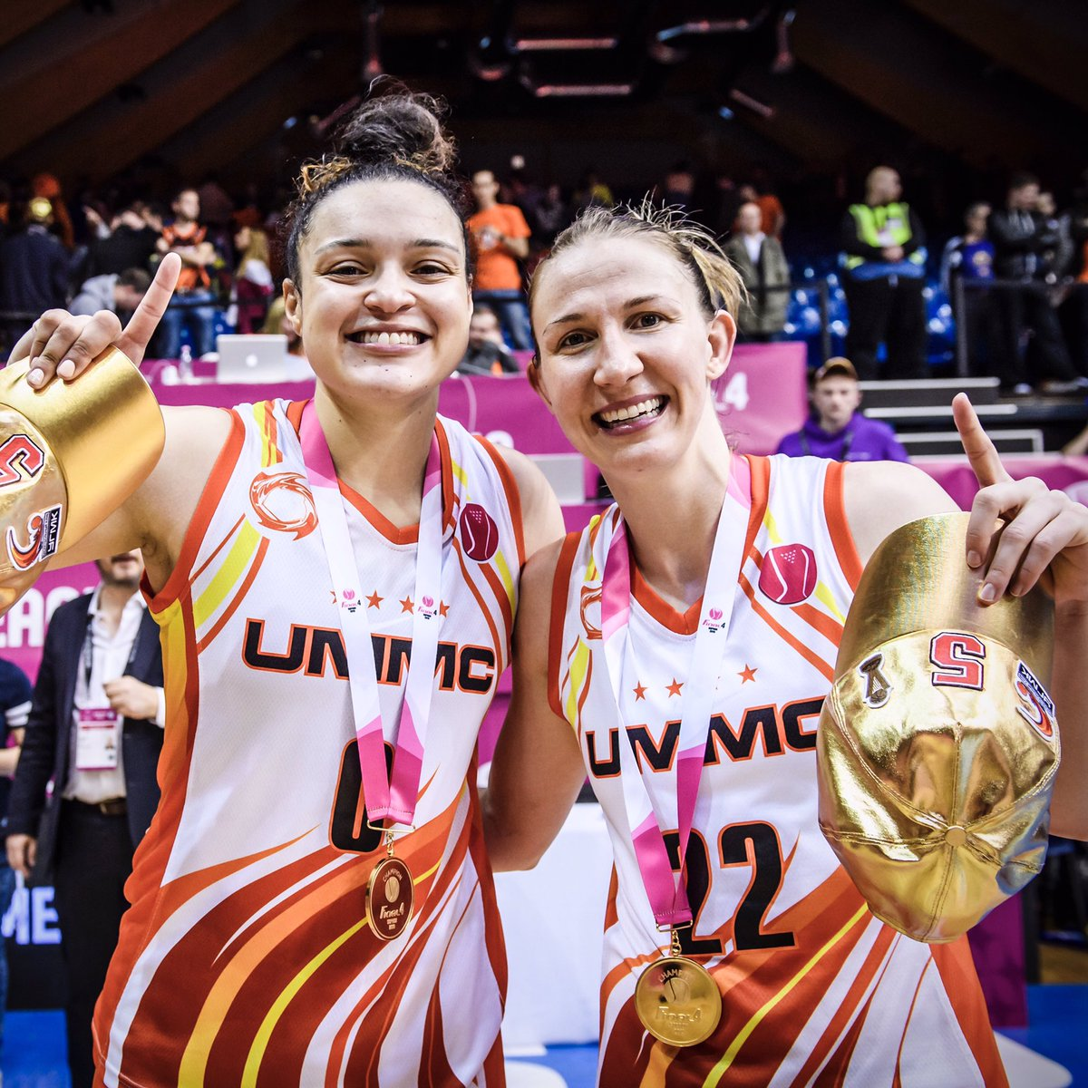 .@Sloot22 wasn't leaving Sopron without that 🥇 in her 🛄. #EuroLeagueWomen  @wnba @wnbachicagosky