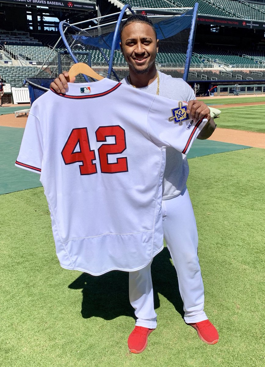 With the @Braves off yesterday on #JackieRobinsonDay all players will wear #42 today in his honor against the @Dbacks Here's @ozzie making sure you see the patch. #History<br>http://pic.twitter.com/6TYeQyAZbM