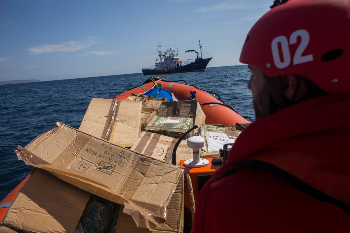 Ellos son grandes. Nosotros somos millones.   Hoy la solidaridad ha vencido. Aun así, hemos tenido que cargar la ayuda humanitaria en alta mar.  Gracias Mallorca por vuestra acogida y vuestas donaciones. Dona tú también. ES92 3035 0235 22 2350038982  Foto @A_MartinezVelez
