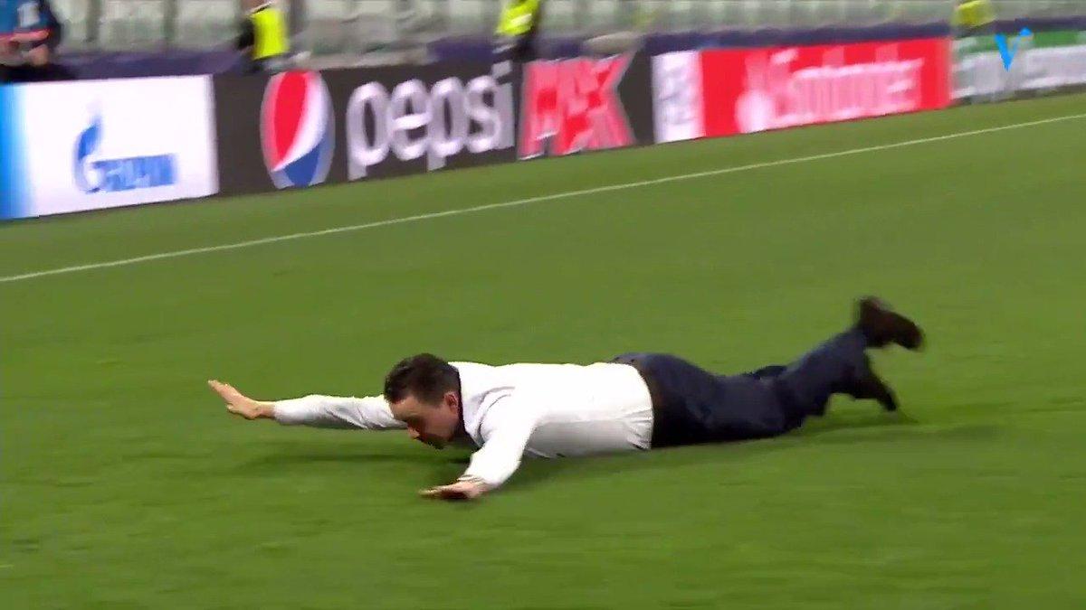 Epische beelden: Marc Overmars maakt buikschuiver na Juventus - Ajax