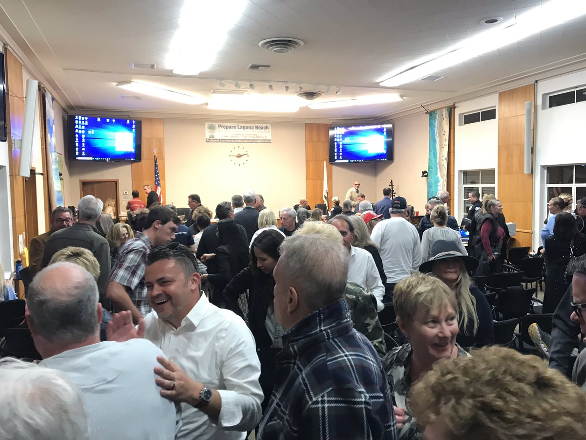 BREAKING: #LagunaBeach city council just voted 4-1 to KEEP the USA themed decals on their police vehicles, to a roar of applause from the packed room of supporters. There was literally only one person out of the hundreds here tonight who opposed the decals. Story 10pm @FOXLA