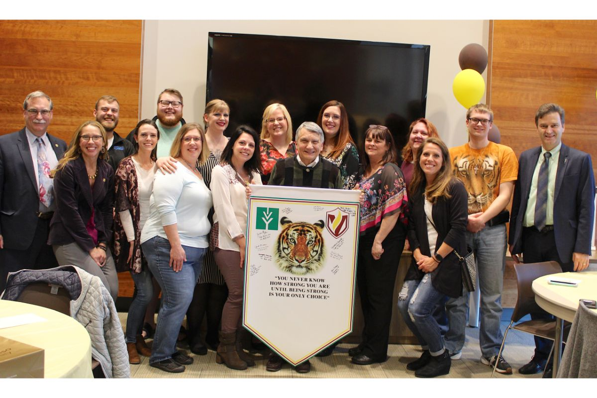 Such a great way to honor one of  <a href='https://twitter.com/ValpoU' target='blank'>@ValpoU</a>'s professors. Click below for the full story⬇️👀  <a href='https://t.co/gKV8FbN7n1 ' class='extra' target='blank'><i class='material-icons mdl-color-text--grey-400'>image</i></a><a href='https://t.co/DtNoawKyTp' class='extra' target='blank'><i class='material-icons mdl-color-text--grey-400'>image</i></a>