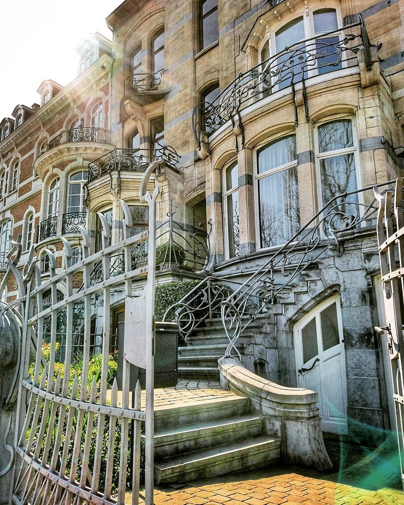 Follow this stairway to #artnouveau heaven to discover 10 more Art Nouveau masterpieces in #brussels -  https:// soo.nr/6Pi5       by filchikov/instagram  #ixelles #bruxellesmabelle #seemybrussels  #brusselslife #streetsofbrussels  #bxlove #horta #victorhorta #architecture<br>http://pic.twitter.com/rilihnAIkV