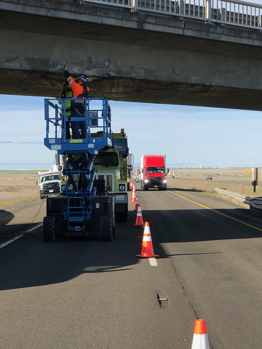 Eb I 90 Just East Of Ritzville Please Slow Down Around Our Crews You Can See How Close They Are To Fast Moving Traffic Pic Twitter M4gca82isu
