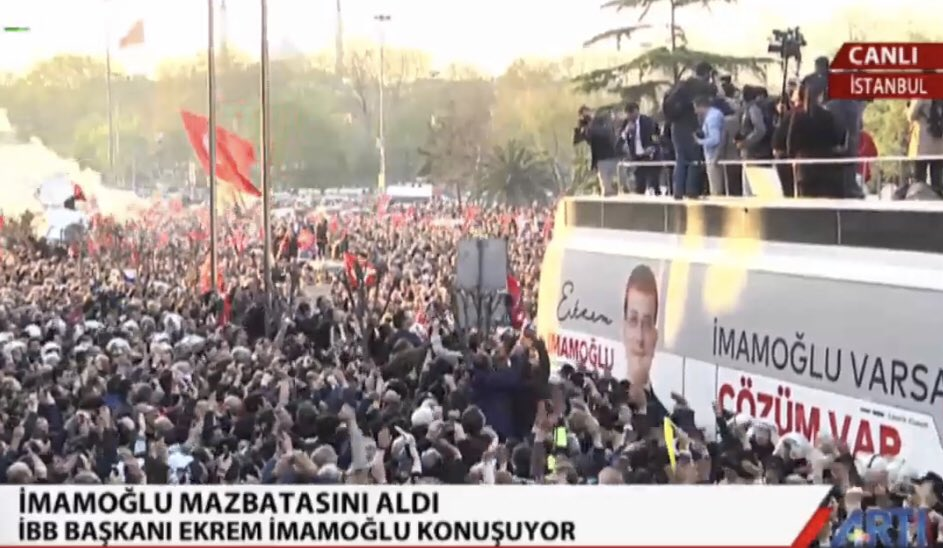 Speaking to an enthusiastic crowd, new mayor of #Istanbul @ekrem_imamoglu starts his speech by saluting Turks, Kurds, Laz people of Istanbul, Alevi, Moslem and Christians communities of the city  #Ekremİmamoğlu<br>http://pic.twitter.com/RrwpkFKOr4
