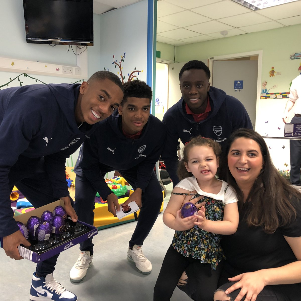 A group of our young players paid a visit to Whittington Hospital this afternoon to hand out some chocolate eggs 🐰  #WeAreTheArsenal ❤️