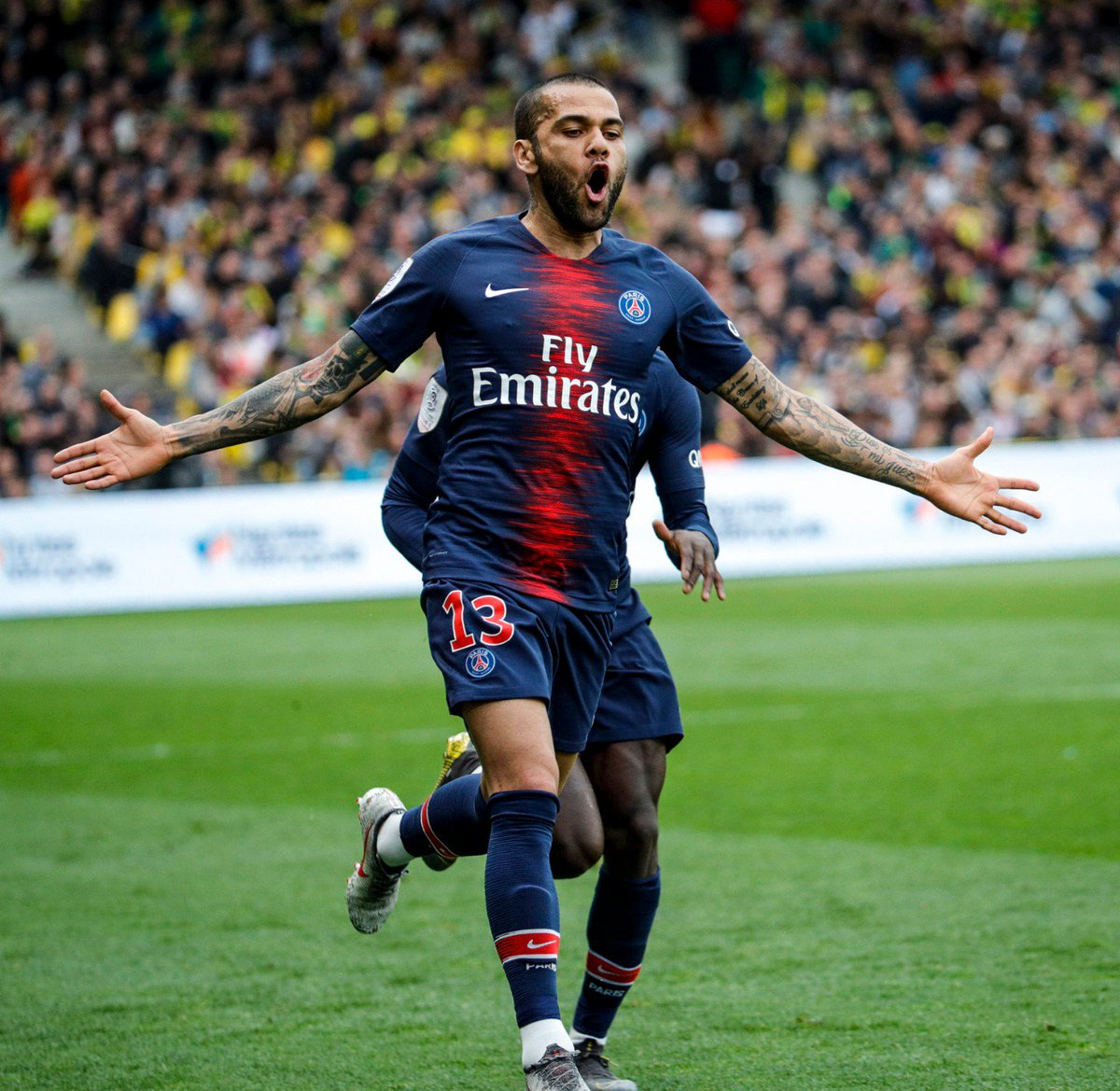 A first league ⚽️  of the season for @DaniAlvesD2! What a ⚽️ it was too! ⚡️   🔴🔵 #AllezParis