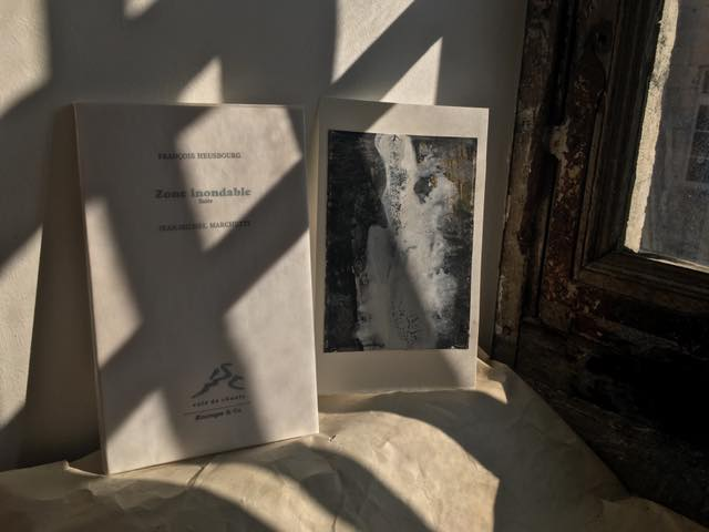 « ça frappe aux volets  la grêle  on croirait des humains »  Zone inondable », texte de François Heusbourg et des reproductions de peintures de Jean-Michel Marchetti