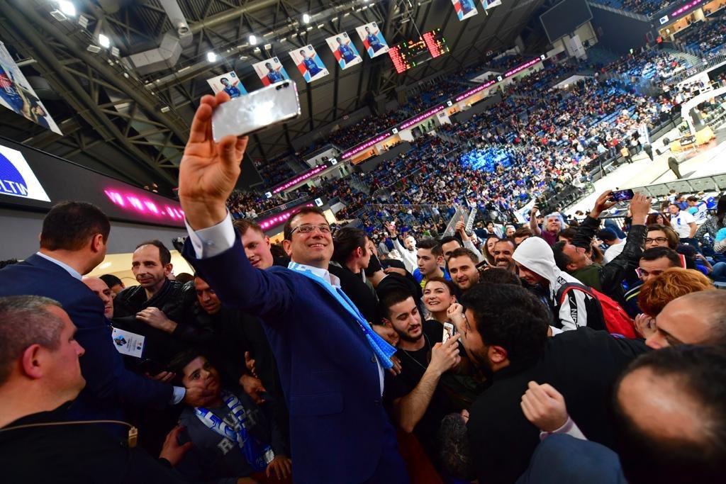 Bu gece ailemle beraber Anadolu Efes & FC Barcelona Lassa basketbol maçını izlemeye geldik. İlgi gösteren tüm basketbolseverlere teşekkürler. Bugün görevi devraldığımıza göre artık İstanbul'u bir spor şehri yapmak için çalışmaya başlayabiliriz🏀