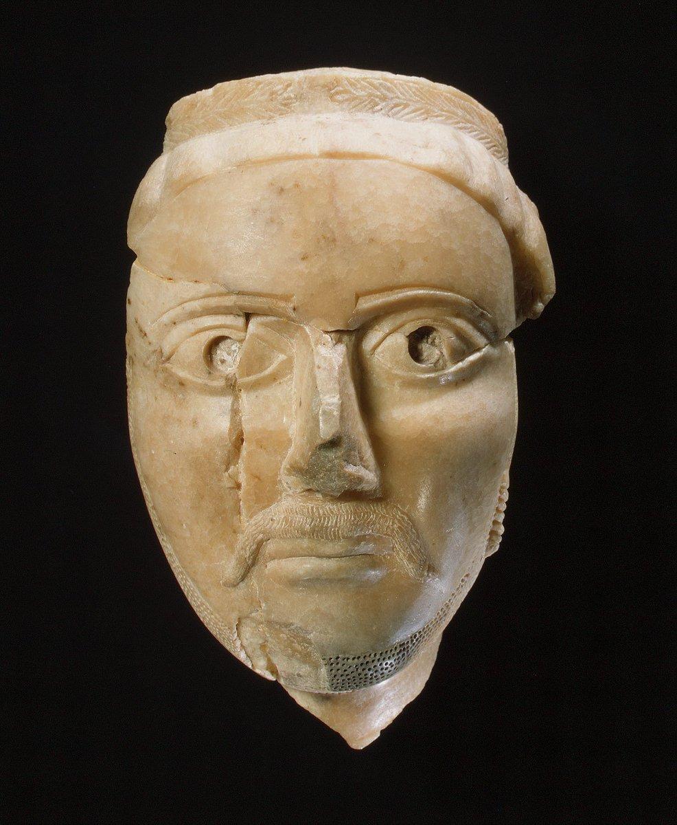 Escultura del sudoeste de Arabia hecha en los años 200-400 d.C. Representa a un hombre con una corona de laureles (influencia cultural grecorromana). Sin embargo, su peinado indica que era judío, probablemente de la zona del actual Yemen.