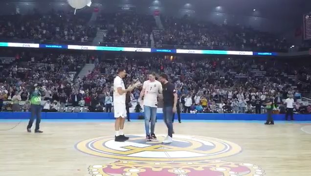 👏🏆 @9FelipeReyes y @23Llull dieron la bienvenida a @luka7doncic en nombre de @RMBaloncesto, y le entregaron una réplica de la #EuroLeague 2018. #HalaMadrid