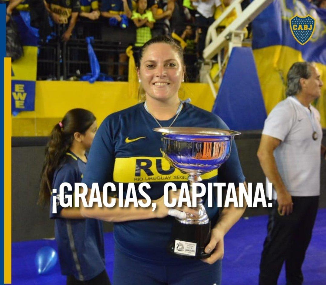 ¡Gracias, capitana!  @natiespinosa_08 jugó su último partido oficial y se despidió con el bicampeonato de la Liga Nacional, su 13° título con la camiseta de #Boca.  #OrgulloXeneize 💪🏐