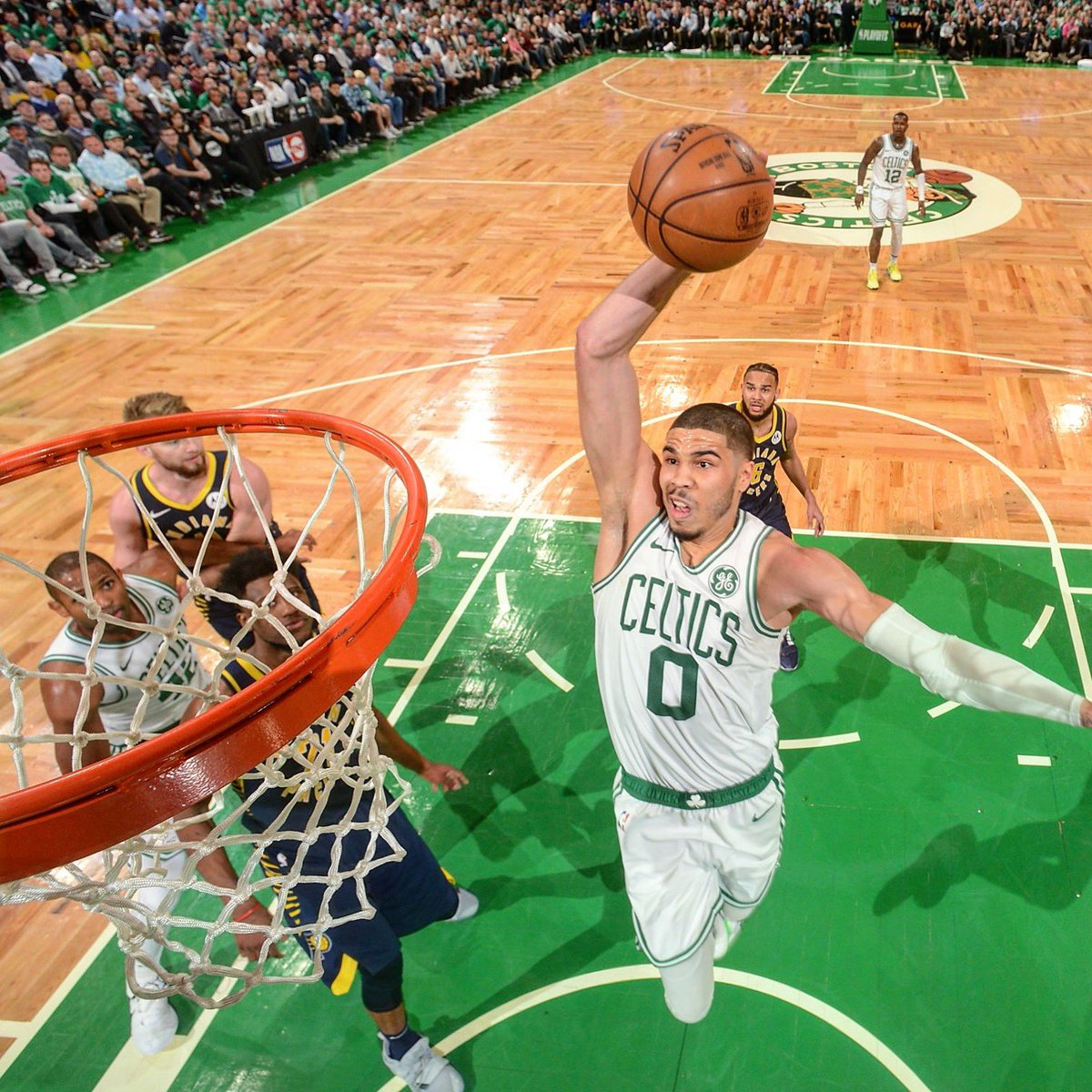 Tatum se dispone a anotar.