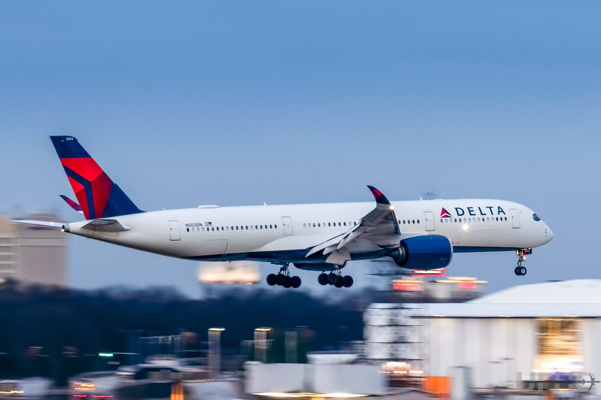 Delta A350-900 (N502DN) just before landing on ATL 08L at dusk #avgeek #DeltaAirlines #Airbus #airbus350 #a350xwb<br>http://pic.twitter.com/BcGC9EQ99e