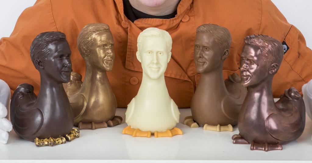 Pour Pâques, ce chocolatier vend des poules en chocolat avec la tête de Ryan Gosling  Plus de photos : http://bit.ly/2USWGMt