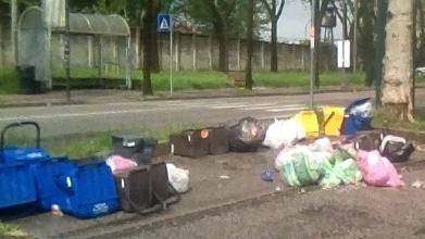 Sacchi di rifiuti in strada e proteste per lo stop...