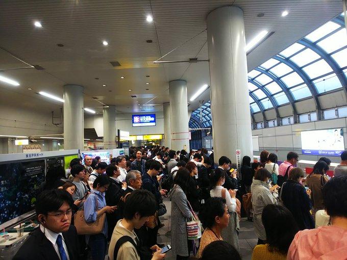 京王井の頭線の線路内転落トラブルで渋谷駅が混雑している画像