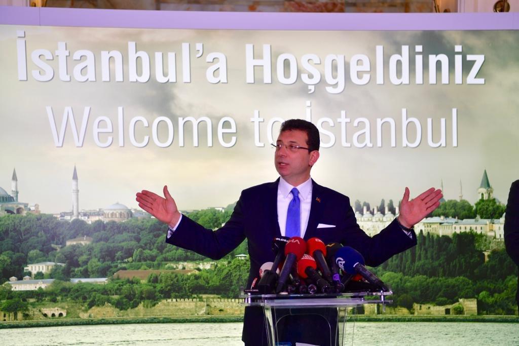"""Bugün bütün çalışma arkadaşlarım, İBB çalışanlarımız ve kadromuzla """"Bismillah"""" diyoruz. """"Bizden olan/Bizden olmayan"""" devrinin bittiği gündür. İstanbul Büyükşehir Belediyesi'nin tüm çalışanlarıyla verimli bir süreç işleteceğiz; herkes mutlu ve özgürce çalışacak."""