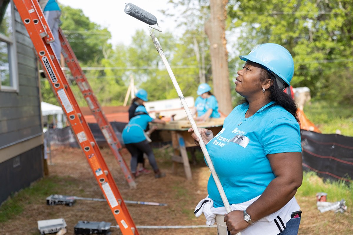 ICYMI, construction continued yesterday in Atlanta as volunteers from @nest helped install cabinets, paint the exterior, and more at Krushetta's future home. In addition, Nest is making thermostats available for every Habitat home built in the U.S. this year. #HomeIsTheKey<br>http://pic.twitter.com/sT5nAJrghI