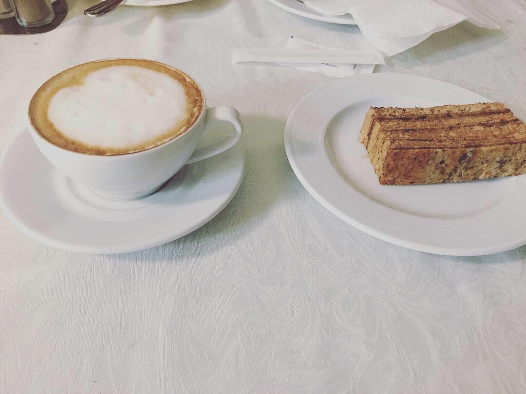 Bili smo u čuvenom skupštinskom restoranu i naravno probali smo njihovu čuvenu kafu za 5 dinara (zapravo košta 27... inflacija i njih pogađa...) :: Sve u svemu - kolko para tolko muzike :: #kakvajekafa #skupstinskakafa #kafa