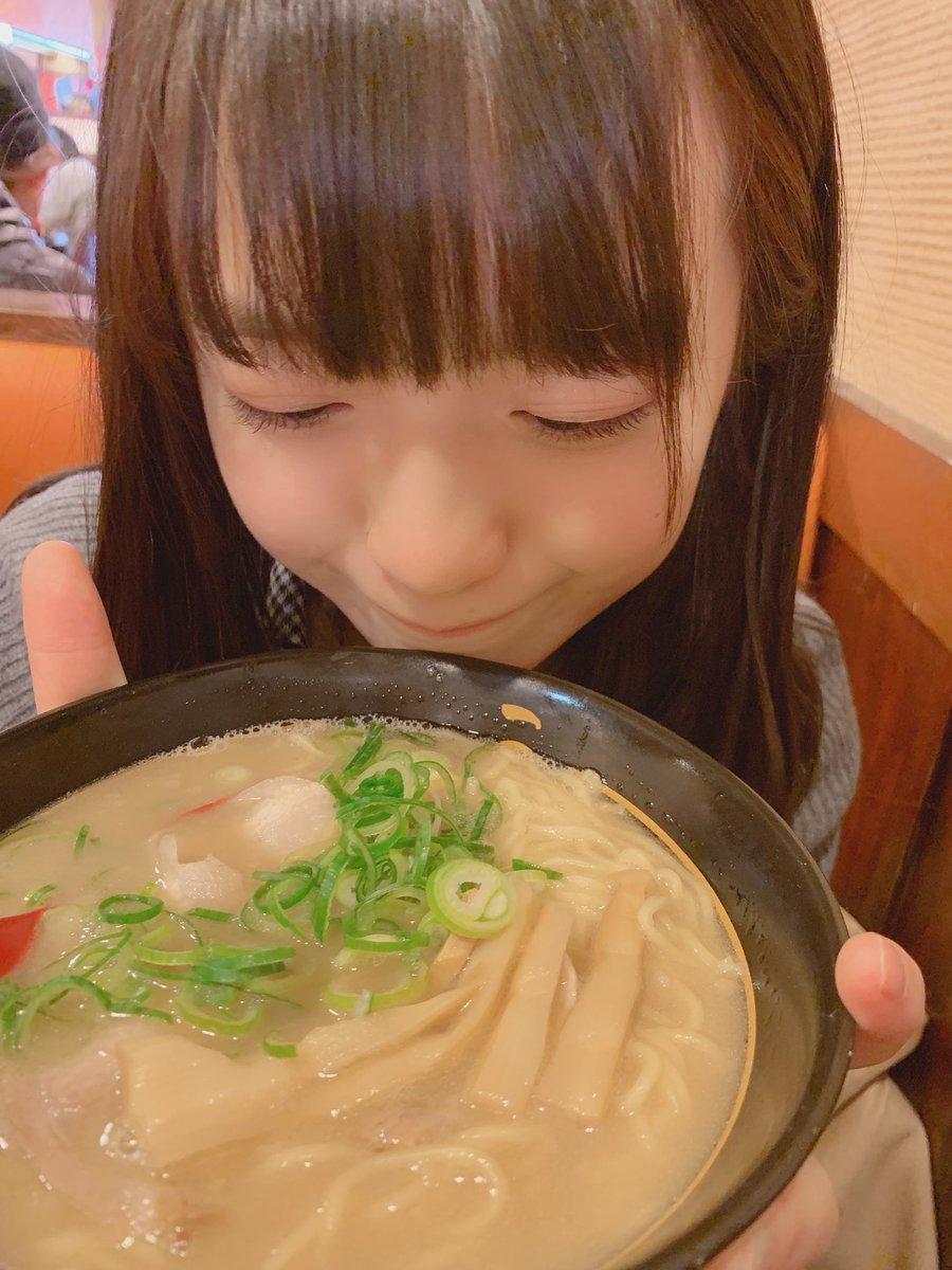 名古屋の美少女が嬉しそうにラーメンと炒飯食べてる