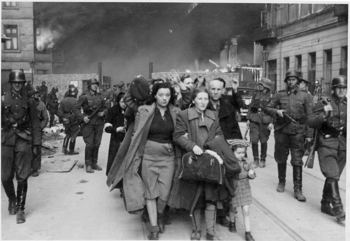 19 kwietnia 1943   Grupy Żydów w Getcie Warszawskim rozpoczęły powstanie przeciwko Niemcom. Trwało 27 dni. Dziś pamiętajmy o bohaterstwie i poświęceniu tych, którzy wybrali opór bez szans na sukces, aby umrzeć z godnością i ocalić ludzkiego ducha. http://warsze.polin.pl/pl/przeszlosc/wojna/powstanie…