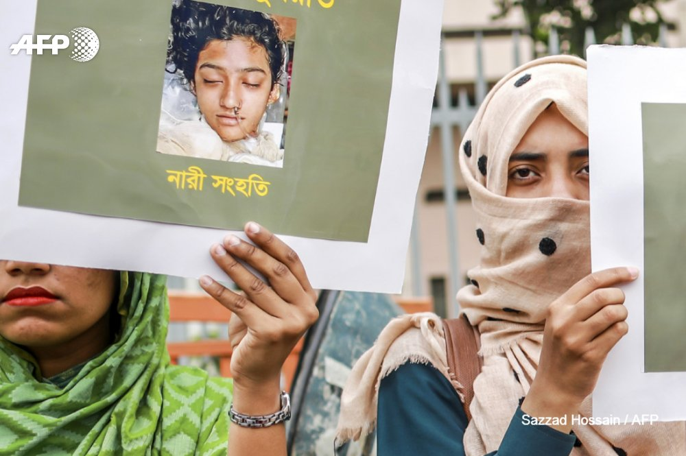 Schoolgirl burned to death in Bangladesh on orders of her head teacher after she reported him for sexually harassing her  http:// u.afp.com/JNtm  &nbsp;     The death of Nusrat Jahan Rafi sparked protests across Bangladesh<br>http://pic.twitter.com/SsCWahHQcd
