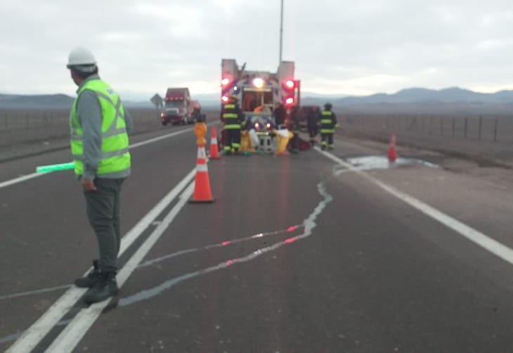 RT @AutopistaAntofa Personal de Autopistas de #Antofagasta y Bomberos realizan desvío por trabajos tras derrame de ácido por volcamiento en KM 27,100 de Ruta B-400 🚧🚛🚧