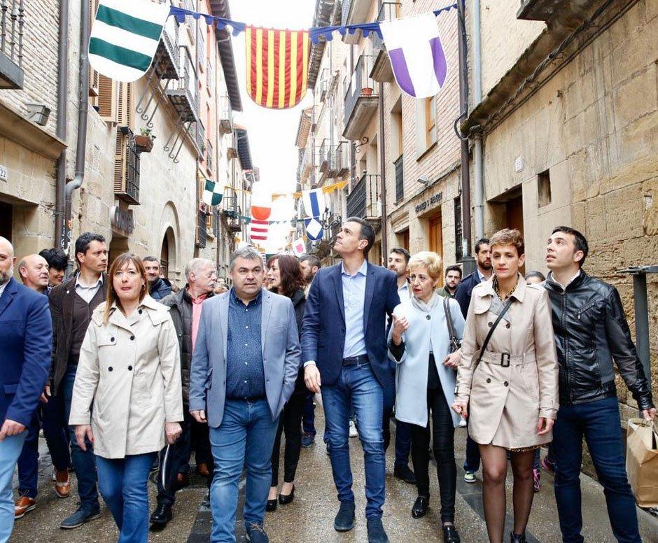 Visita fugaz de Sánchez a Viana para pedir el voto al @PSOE @PSNPSOE https://www.noticiasdenavarra.com/2019/04/19/politica/navarra/visita-fugaz-de-sanchez-a-viana-para-pedir-el-voto-al-psoe…