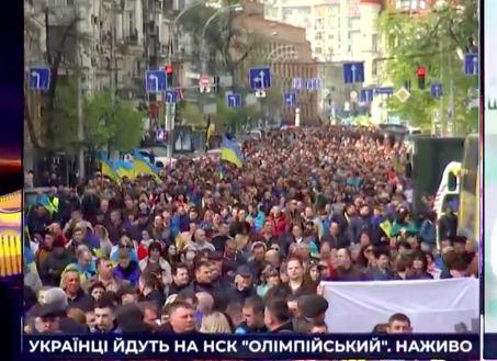 Десятки тысяч людей свободно идут по Киеву на стадион (страшно сказать) на дебаты! Никто никого не разгоняет и не преследует. Никаких автозаков нет. Полиция никого не избивает. Ужас! Катастрофа! Как хорошо, россияне, что благодаря Путину в вашей стране такой фашизм невозможен!