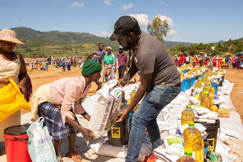 IRC teams in Zimbabwe have managed to provide food and emergency supplies to nearly 5,000 people affected by #CycloneIdai.  Our latest: http://bit.ly/2XivmUD
