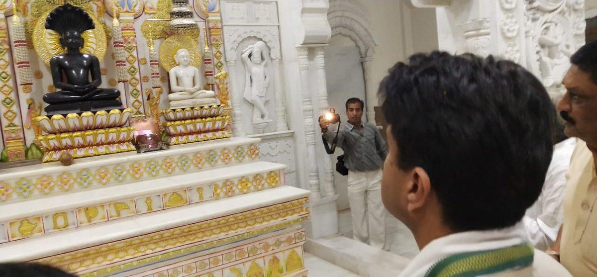 आज गुना में सुप्रसिद्ध बड़ा जैन मंदिर पहुँच कर भगवान पार्श्वनाथ जी के दर्शन का लाभ लिया। साथ ही आर्यिका माताजी के प्रवचन सुनने का सौभाग्य भी प्राप्त हुआ।