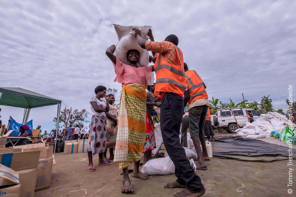 People affected by #CycloneIdai collect supplies of food, oil, seeds and tools at a distribution centre in Ndeja, #Mozambique, provided by @Concern@Cesvi_NGOand @Welthungerhilfe. Photo: @TommyTrenchard