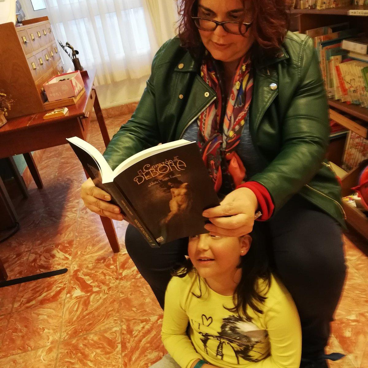 """""""El corazón se despliega como un libro y cabe mucho en él, pero que mucho mucho"""". Mari Carmen y hija María. Cuánto amor hay ahí, en el hornito, entre los brazos de su madre. ¡Muchas gracias! 😊❤️ #LeerEsVivirMas #ElCorazónDeDébora #julietamartínfuentes #literatura #novela"""