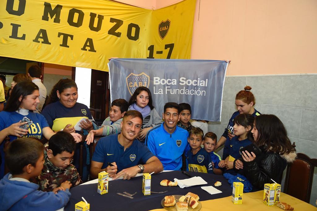 📷 En la previa del partido de esta noche, Andrada y Mac Allister compartieron un desayuno con los chicos de los comedores Ayelén Campos Rosas y Rinconcito de Luz, que son apadrinados por la Peña Roberto Mouzo. 👏