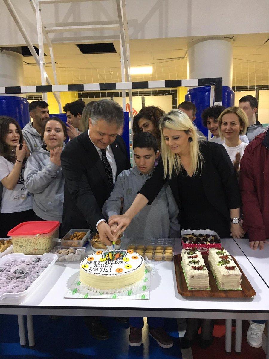 """Best Buddies Turkey """"Bahar Partisi"""" ile bahara Merhaba dedi! Gönüllü Lise Öğrencilerimiz Buddy'leri ile birlikte pasta kesip, müzikler eşliğinde dans ederek gönüllerince eğlendiler. 👫"""
